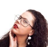 Verticale d'une belle femme avec le cheveu bouclé photographie stock