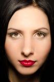 Verticale d'une belle femme avec le renivellement expressif Photos stock