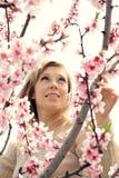 Verticale d'une belle femme avec les fleurs roses Photos libres de droits