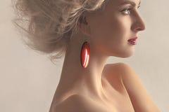 Verticale d'une belle femme avec une boucle d'oreille sur a Photo libre de droits