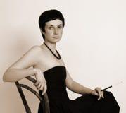 Verticale d'une belle femme avec une cigarette Images libres de droits