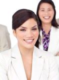 Verticale d'une belle femme d'affaires et de son équipe Images stock