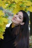 Verticale d'une belle femme en stationnement botanique Images libres de droits