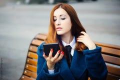 Verticale d'une belle femme rousse photo libre de droits