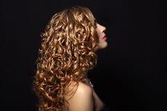 Verticale d'une belle fille avec le cheveu bouclé Image libre de droits
