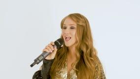 Verticale d'une belle fille avec le long cheveu Enregistrez une vidéo musicale Plan rapproché banque de vidéos