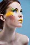 Verticale d'une belle fille avec un renivellement de couleur Photos stock