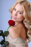 Verticale d'une belle fille avec une rose Photo stock