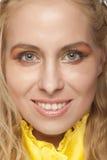 Verticale d'une belle fille blonde Image libre de droits