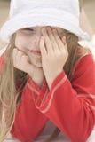 Verticale d'une belle fille dans le chapeau II photographie stock