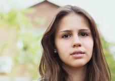Verticale d'une belle fille de l'adolescence Images libres de droits