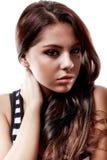 Verticale d'une belle fille de l'adolescence avec de longs poils bouclés Photographie stock libre de droits