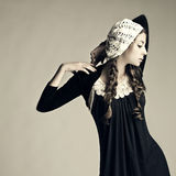 Verticale d'une belle fille fraîche de mode. Photographie stock libre de droits