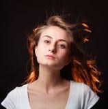 Verticale d'une belle jeune femme Images libres de droits