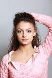 Verticale d'une belle jeune femme Photos libres de droits