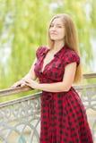 Verticale d'une belle jeune femme Photo stock