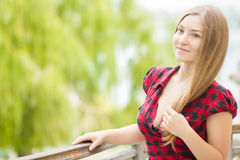 Verticale d'une belle jeune femme Images stock