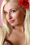 Verticale d'une belle jeune femme Photos stock