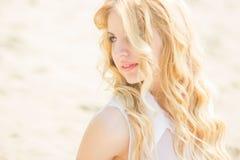 Verticale d'une belle jeune femme blonde Photographie stock
