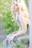 Verticale d'une belle jeune femme blonde Images libres de droits
