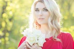 Verticale d'une belle jeune femme blonde Images stock