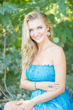 Verticale d'une belle jeune femme blonde Image libre de droits