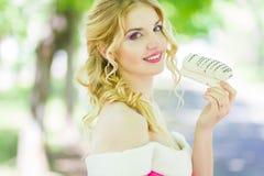 Verticale d'une belle jeune femme blonde Photos stock