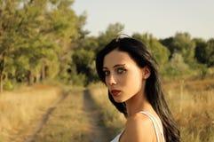 Verticale d'une belle jeune fille au coucher du soleil Photo stock