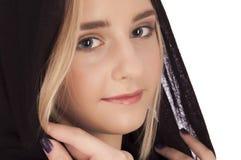 Verticale d'une belle jeune fille blonde Photographie stock