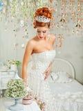 Verticale d'une belle mariée maquillage, coiffure, bijoux Image libre de droits