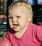 Verticale d'une belle petite fille. Image libre de droits