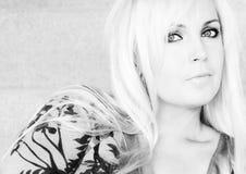 Verticale d'une blonde. Photographie stock libre de droits