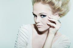 Verticale d'une blonde de mode avec les yeux foncés Photographie stock