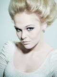 Verticale d'une blonde de mode avec les yeux fumeux Photographie stock