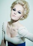 Verticale d'une blonde de mode avec les yeux lumineux Photographie stock