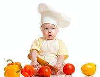 Verticale d'une chéri dans le chapeau de chef avec la nourriture saine Photos libres de droits