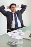 Verticale d'une détente de sourire de personne de ventes Images stock
