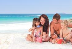 Verticale d'une famille à la plage Photographie stock libre de droits