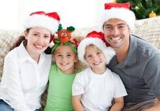 Verticale d'une famille à Noël Photo libre de droits