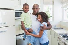 Verticale d'une famille de sourire heureuse Photos stock