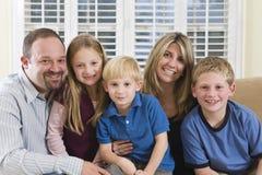 Verticale d'une famille heureuse Photos libres de droits