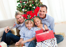 Verticale d'une famille heureuse au temps de Noël Images stock