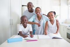 Verticale d'une famille heureuse regardant l'appareil-photo Photos stock
