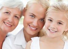 Verticale d'une famille joyeuse regardant l'appareil-photo Images stock
