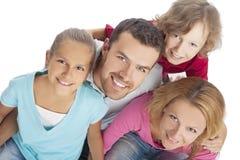 Verticale d'une famille recherchant et souriant heureusement Photo libre de droits