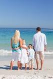 Verticale d'une famille sur la plage Photo libre de droits
