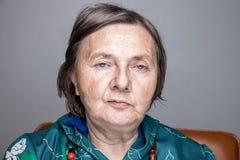 Verticale d'une femme âgée images libres de droits