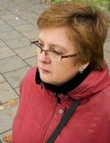 Verticale d'une femme âgée par milieu Photographie stock