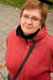 Verticale d'une femme âgée par milieu Images stock