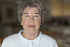 Verticale d'une femme aînée photo libre de droits